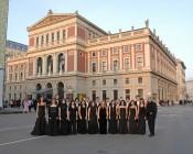 Joven Orquesta de Cámara de la Escuela Internacional de Música de la Fundación Príncipe de Asturias ante el edificio Musikverein de Viena