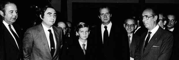 S.M. el Rey Juan Carlos I y S.A.R. el Príncipe de Asturias, con el entonces director de la Fundación y algunos miembros del patronato.