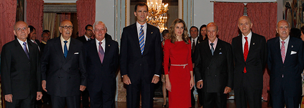 T.R.H. the Prince and Princess of Asturias with the Foundation's trustees emeritus in the Goya room at the Royal Palace of El Pardo.