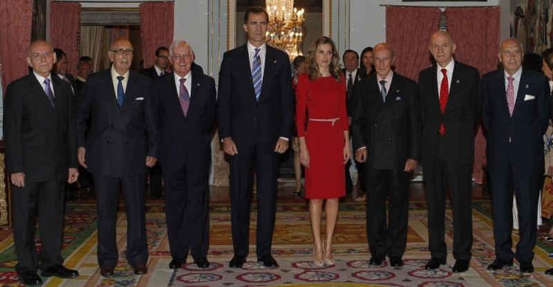 SS.AA.RR. los Príncipes de Asturias con los patronos eméritos de la Fundación en el Salón Goya del Palacio Real de El Pardo (Madrid, junio de 2011).