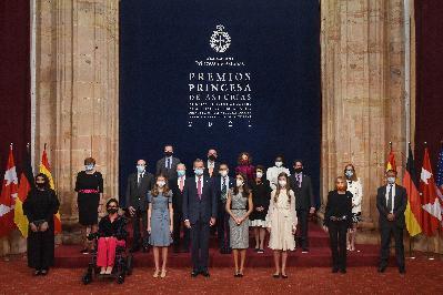 Audiencia de SS.MM. los Reyes y de SS.AA.RR. la Princesa de Asturias y la Infanta Doña Sofía a los galardonados