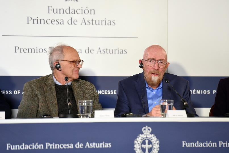 Rueda de prensa de Barry C. Barish, Rainer Weiss, Kip S. Thorne Barry C. Barish y Laura Cadonati (LIGO)
