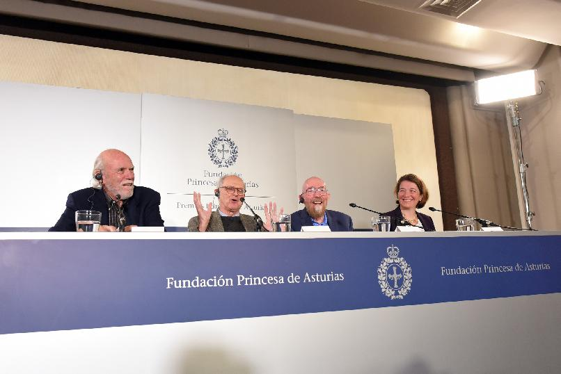 Rueda de prensa de Barry C. Barish, Rainer Weiss, Kip S. Thorne Barry C. Barish y Laura Cadonati (LIGO)