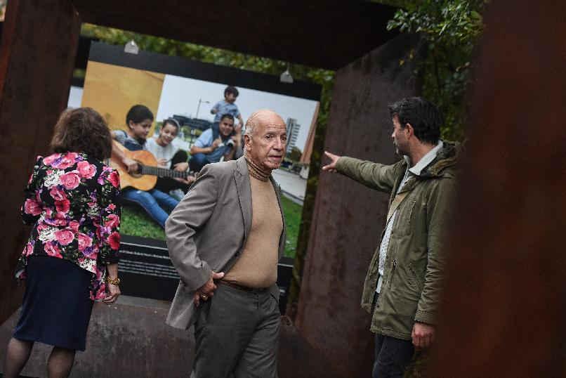 """Visita de Alejandro Portes a la exposición fotográfica """"Integrantes: la nueva asturianía"""""""