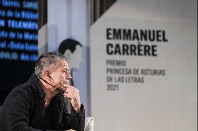 """""""Writing and Life"""". Meeting between Emmanuel Carrère and  members of book clubs linked to the Principality of Asturias Public  Libraries Network."""