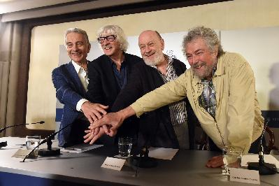 Press conference with Les Luthiers